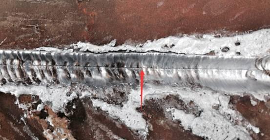 三、产生未焊透的原因 1)焊接电流小,熔深浅; 2)坡口和间隙尺寸不合理,钝边太大; 3)磁偏吹影响; 4)焊条偏芯度太大; 5)层间及焊根清理不良。 使用较大电流来焊接是防止未焊透的基本方法。另外,焊角焊缝时,用交流代替直流以防止磁偏吹,合理设计坡口并加强清理,用短弧焊等措施也可有效防止未焊透的产生。 四、未焊透底片影像特点 (1)未焊透的典型影像是细直黑线,缺陷两侧轮廓都很整齐,为坡口钝边机械加工痕迹,未焊透影像宽度恰好是钝边的间隙的宽度。